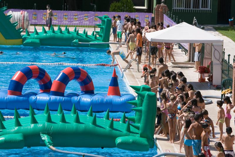 Actividades acuáticas en la piscina municipal