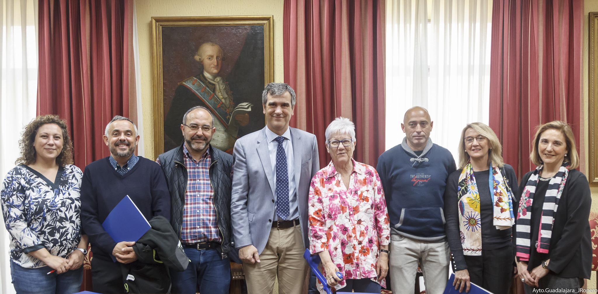 El alcalde, Antonio Román, y los responsables de 6 de las Ong´s que recibirán subvenciones para sus proyectos de Cooperación,Educación y Ayudas de Emergencia firmaron ayer los respectivos convenios con el Ayuntamiento