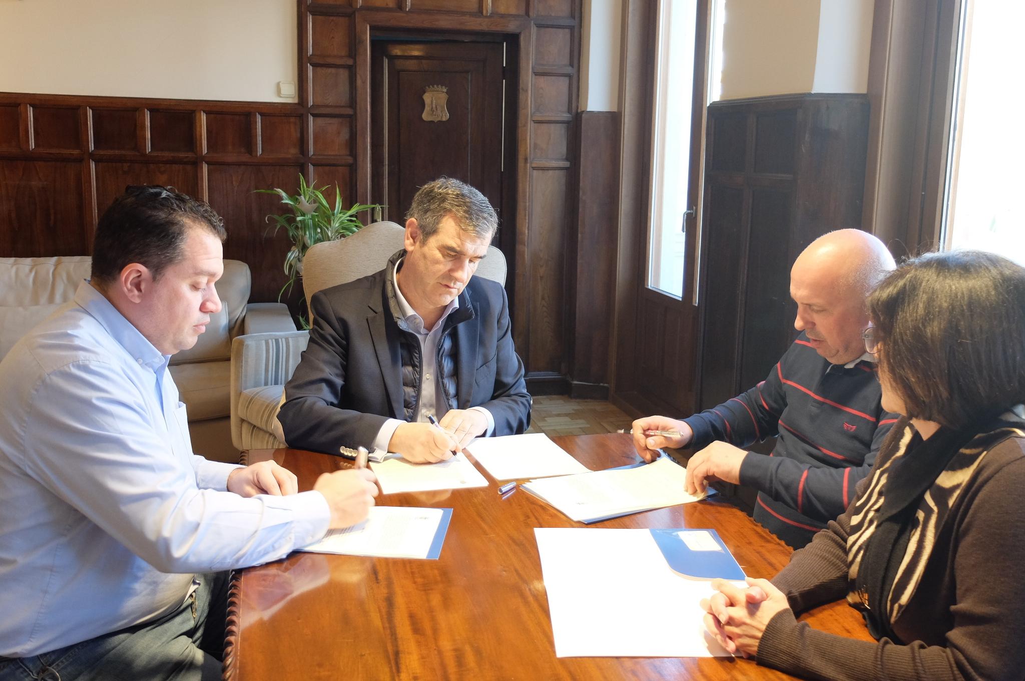 Firmado el convenio de colaboración entre el Ayuntamiento y las federaciones de comercio para el canje de cheques regalo de la campaña navideña