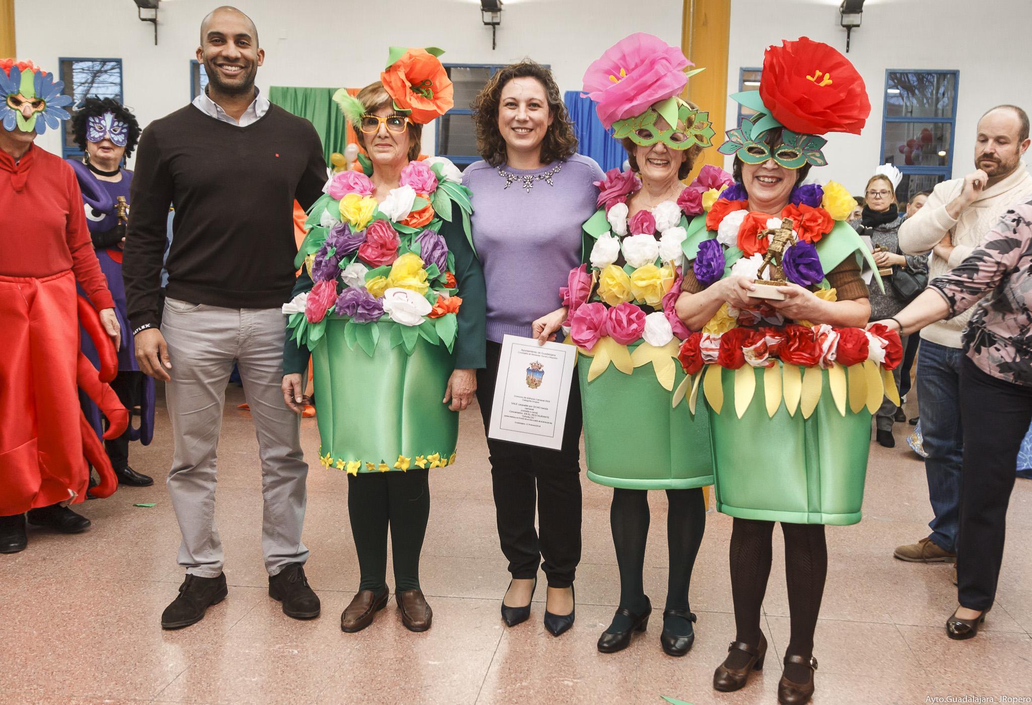Gran  ambiente, originalidad y buen humor en el concurso de disfraces de mayores