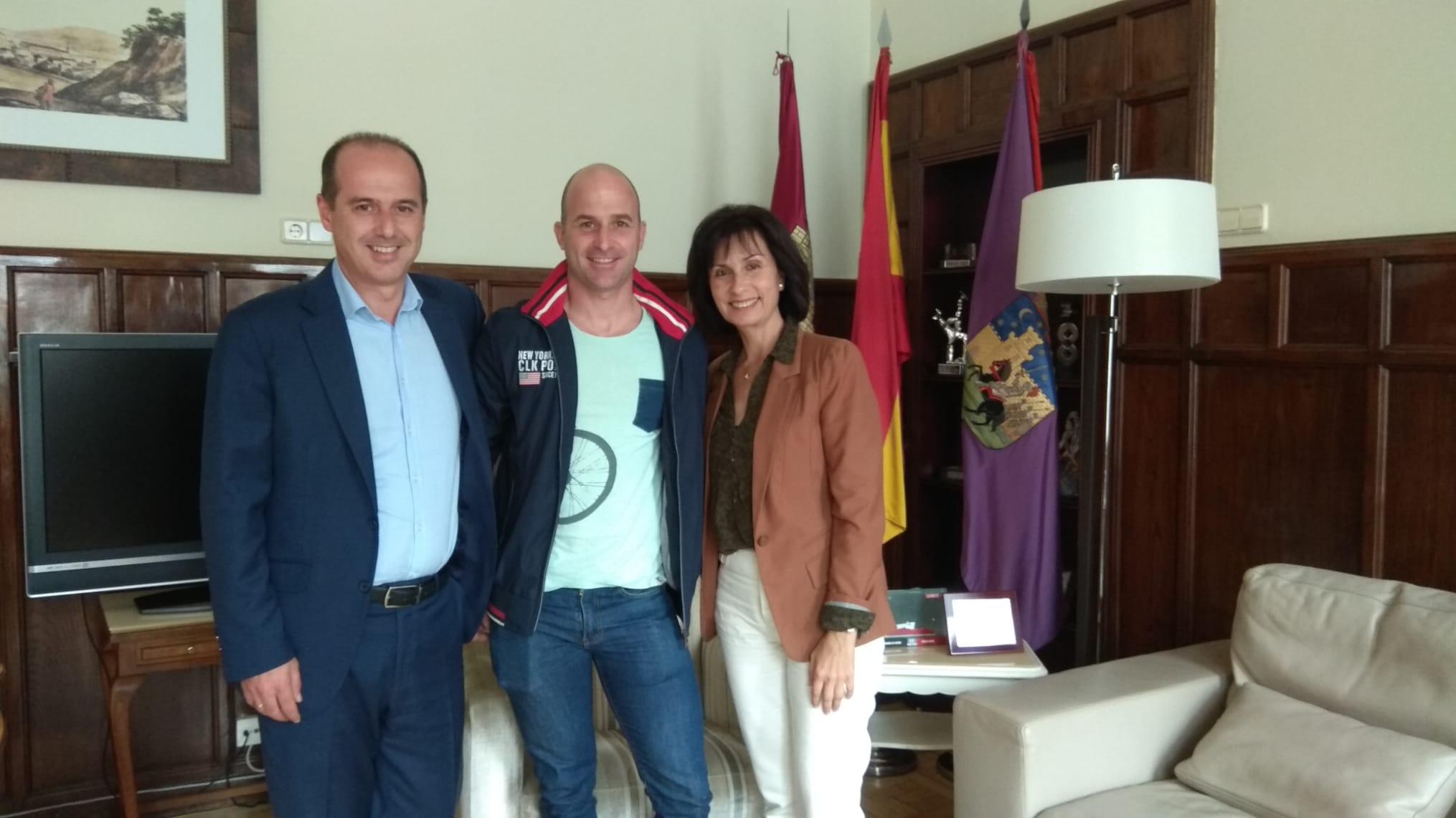 El alcalde recibe al bombero, Jorge Serrano, cuyo palmarés deportivo atesora decenas de premios
