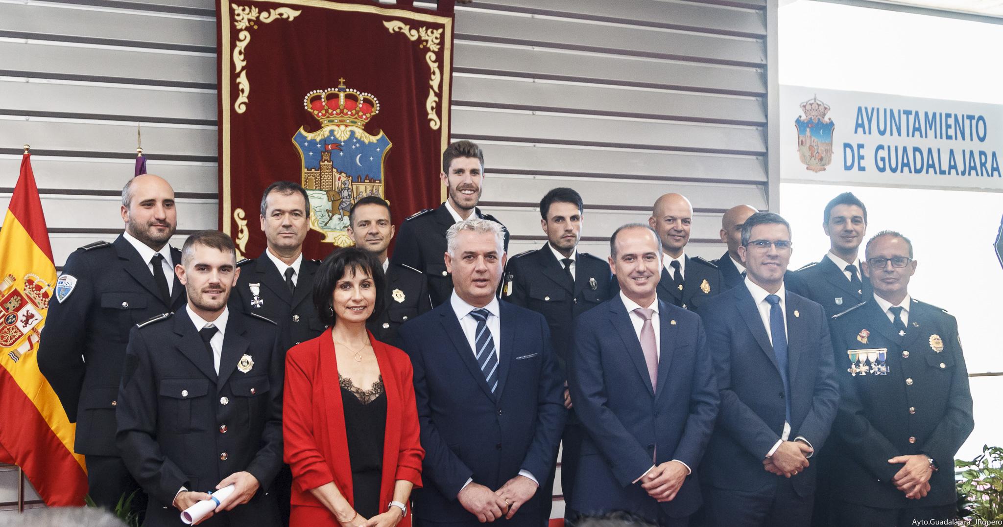 Alberto Rojo felicita a los agentes cuya labor ha sido reconocida en el Día de la Policía Local