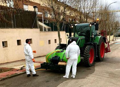 Varios tractores desinfectan las calles de Guadalajara desde este fin de semana