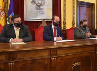El Ayuntamiento firma un convenio con la Federación de Hostelería para reactivar el consumo en bares y restaurantes de la capital